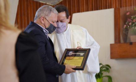 """De manos del Intendente Benedetti, el Cura Párroco Gabriel Camusso recibió las """"Llaves de la Ciudad"""" tras 23 años de servicio Pastoral"""