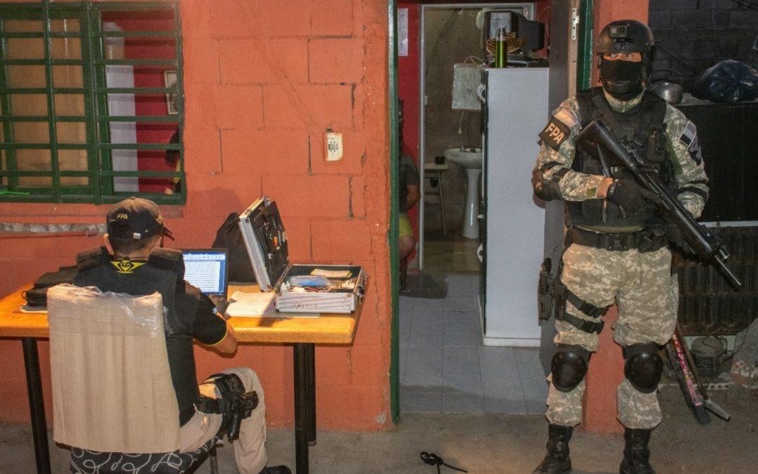 Villa Carlos Paz: Cuando la FPA fue a detenerlo, lo sorprendió fraccionando más de 230 dosis de cocaína